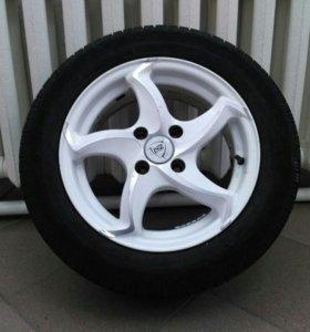 Летние шины на белых литых дисках.