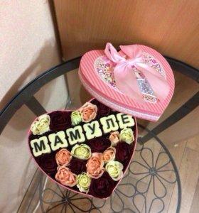 Цветы в коробке с шоколадной надписью