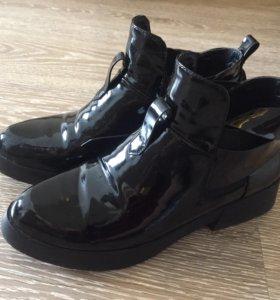 Женские лаковые ботинки
