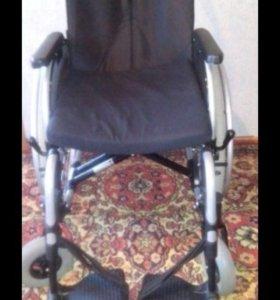 Две инвалидные коляски