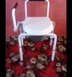 Две инвалидные коляски и туалет для инвалидов
