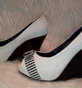 Туфли на танкетке, очень красивые