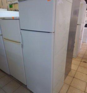 Холодильник Stinol с морозилкой сверху.