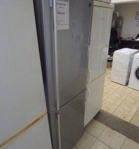 Холодильник Samsung с морозилкой снизу.