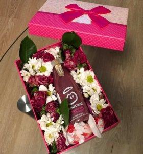 Коробочка с ягодным смузи и цветами