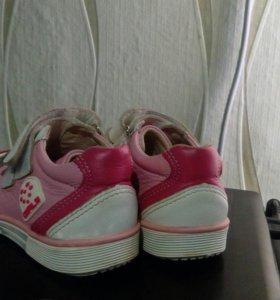 Кроссовки для девочки. 24 размер.