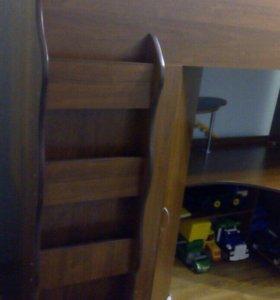 Детская кровать, шкаф и письменный стол