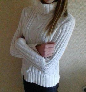 Свитер белый толстой вязки на девочку.