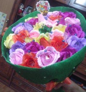 букет из 33 роз с рафаэлло