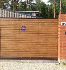 Откатные ворота с деревянным штакетником