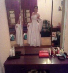 Платье свадебное,шубка ,фата,перчатки