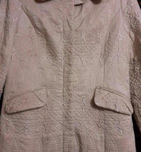 Легкое стёганое пальто в хорошем состоянии.