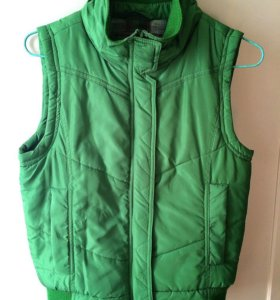Продаю безрукавку ярко-зеленого цвета