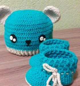 Пинетки и шапочка для малыша.