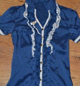 Синяя атласная блузка с кружевом