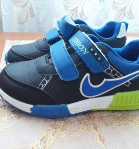 Новые хорошие детские кроссовки