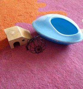 Песочница, подвесная кормушка и домик для грызунов