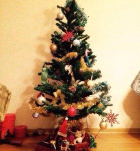 Много новогодних украшений, гирлянды и елка🎄