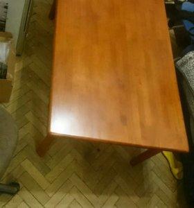 Стол из натурального дерева.