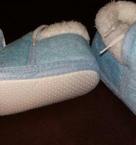 Тёплая мягкая обувь для новорождённого с бантом.