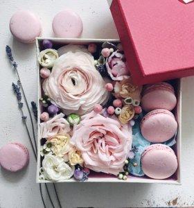 Коробочка с Макарунами и цветами