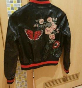 Новая кожаная куртка-бомбер с вышевкой размер 42