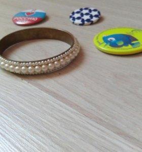 Значки и браслет