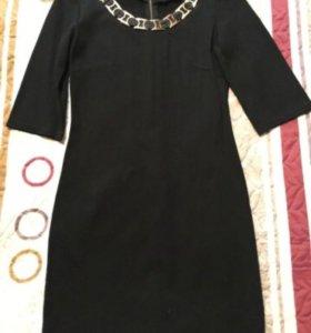 Чёрное платье-футляр с золотым декором