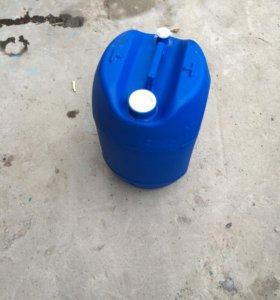 Канистры пластиковые на 25-30 литров.