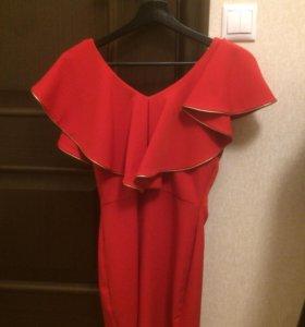 Платье красное с золотым поясом