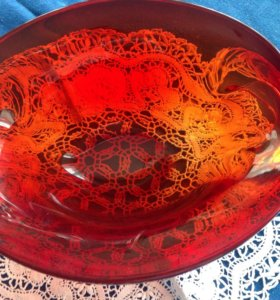 Салатник из полированного красного хрусталя.