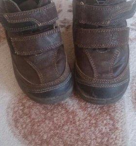 Продам ботинки на мальчика 25-26 размер