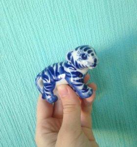Фарфоровая фигурка тигрицы