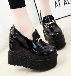Продам новые туфли на платформе