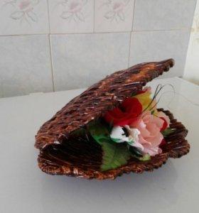 Плетеная ракушка с цветами и конфетами