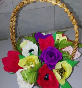 Плетеная корзина с цветами и конфетами