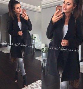Стильное женское пальто.