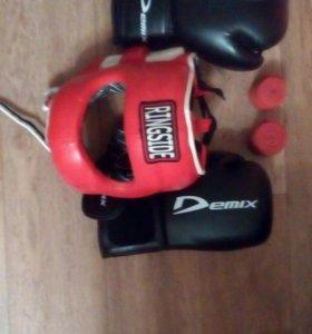Экипировка для бокса: шлем, перчатки, бинты.