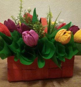 Готовая композиция цветов с конфетами