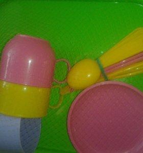 Наборы детской посуды на подносе.