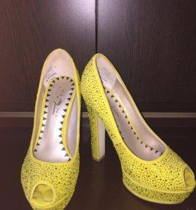 Желтые женские замшевые туфли в стразах
