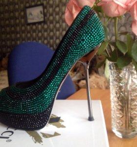 Новые туфли со стразами Vitacci