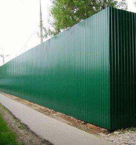 Забор новый с столбами калиткой и варотами