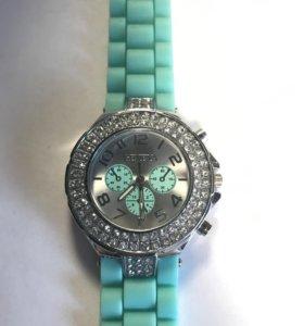 Часы женские на силиконовом ремешке