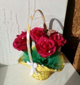 Розы с конфетами в корзинке