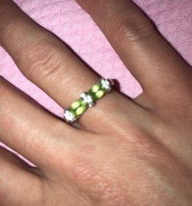 Кольцо белое золото с бриллиантами и изумрудом