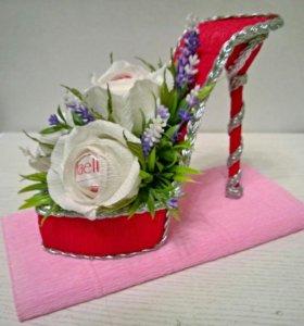 Туфелька с конфетами и цветами.