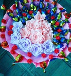 Букет из цветов и конфет