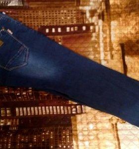 Темно-синие джинсы с белыми потертостями
