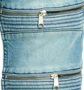 Светлые джинсы в байкерском стиле